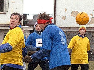 """Žlutí a Modří """"afrkáči"""" se utkali při tradičním Silvestrovském fotbálku."""