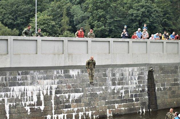 Vojáci nejprve vše osahali splovacími vestami a po ukázce od instruktorů kurzu (jak můžete vidět na této fotografii) vše opakovali…