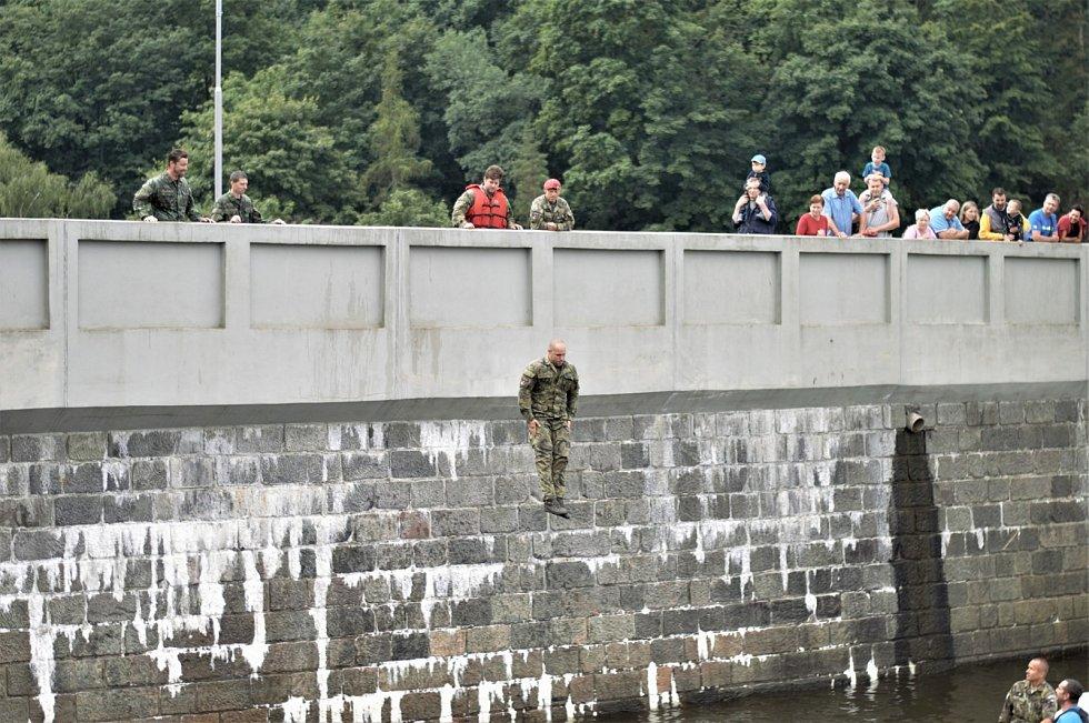 Vojáci nejprve vše osahali s plovacími vestami a po ukázce od instruktorů kurzu (jak můžete vidět na této fotografii) vše opakovali...