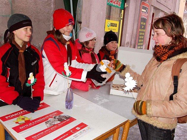 Hlinečtí skauti prodávali perníčky a papírová kuřátka, jejichž výtěžek půjde na akci Pomozte dětem.