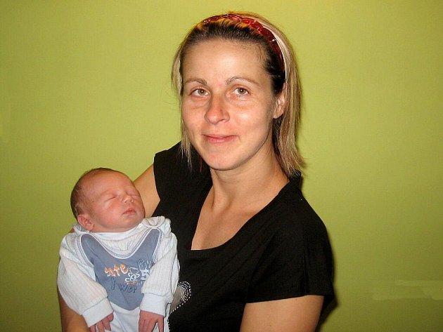 JAROUŠEK DOBROVOLNÝ udělal na porodním sále 23. září ve 14:32 rodičům Zdeně a Jardovi Dobrovolným radost váhou 3 000 gramů a mírou 46 centimetrů. Doma v Seči se na brášku těší čtyřletý Daneček.