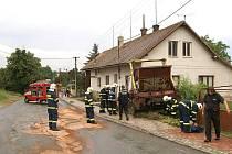 Při srážce náklaďáku s autobusem v Sobětuchách byli zraněni tři lidé.