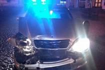 Dvacetiletý řidič osobního automobilu Mercedes ve Skutči nezvládl řízení a narazil do zaparkovaného autobusu