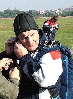Zesnulý parašutista při seskocích v roce 2006.