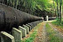 Unikátní dřevěné potrubí v okolí sečské přehrady.