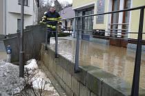 Hasiči bojovali s vodou, která se valila Poděbradovým náměstím.