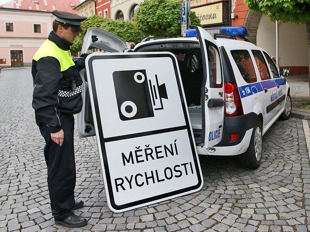 Chrudimští strážníci dostali nové značky na měření rychlosti. Manipulace s nimi však není kvůli jejich velikosti a váze vůbec snadná.