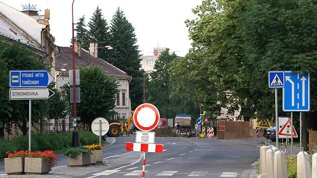 V Poděbradově ulici probíhá rekonstrukce inženýrských sítí.