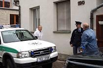 V jednom z  rodinných domů v Chrasti byla v sobotu 7. srpna ráno nalezena mrtvola 71letého muže se stopami násilného trestného činu. Pravděpodobně šlo o vraždu.