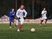 O víkendovém programu zimního fotbalového turnaje AFK Chrudim patřilo k magnetům derby účastníků I. A třídy mezi Jiskrou Heřmanův Městec (ve světlém) a ŽSK Třemošnice. Jiskra se dostala na koně rychlým gólem Hamsy, do polčasu pečetil Salfický.