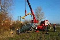 Auto v potoce u Hrochova Týnce