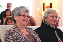 Milena Grenfell-Baines (vlevo) a Eva Paddock  převzaly v sobotu  čestné občanství města Proseč také za svého otce Rudolfa Fleischmanna.