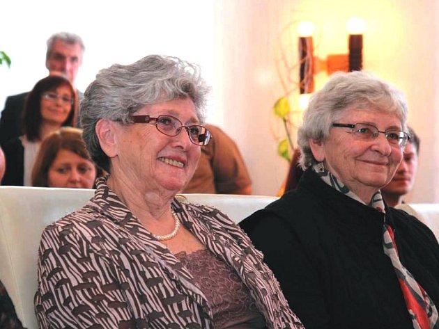 Milena Grenfell-Baines (vlevo) a Eva Paddock  převzaly vsobotu  čestné občanství města Proseč také za svého otce Rudolfa Fleischmanna.