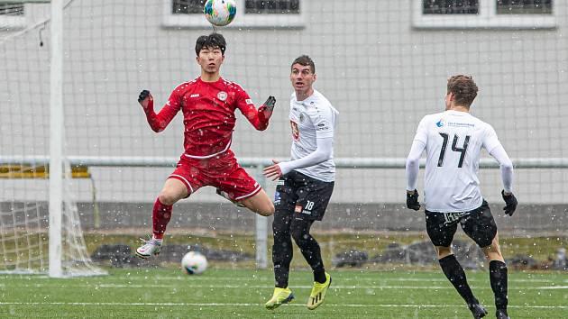 Korejský fotbalista v chrudimském dresu Kang-hjon Ju.