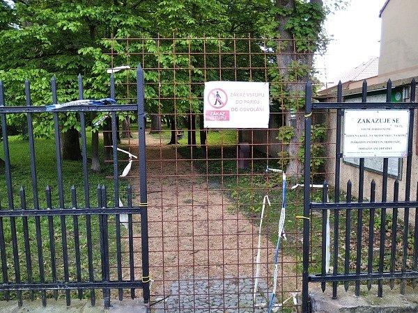 Vchod do parku, dnes je již otevřený.
