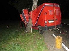 Nehoda se stala 23. května, řidiče museli vyprostit hasiči. Foto: Policie ČR