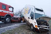Namrzající mlha a mrholení udělaly ze silnic v okrese ve středu 13. března ledové kluziště. Hromadná nehoda uzavřela na několik hodin dopravu v hlavním tahu z Chrudimi na Pardubice.