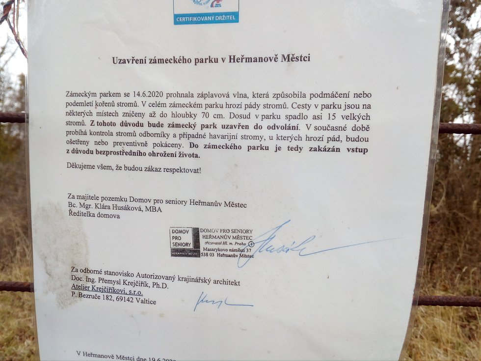 Zámecký park v Heřmanově Městci je osm měsíců poté, co se jím prohnala záplavová vlna, stále zavřený.