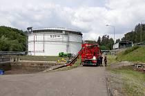 Hasiči odčerpávali 16. června vodu s naftou ve skladu Správy státních hmotných rezerv v Kostelci u Heřmanova Městce.