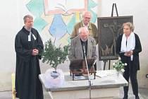 V evangelickém chrámu Páně hořel velikonoční paškál, katolický symbol