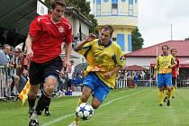 MFK Chrudim (v červeném) porazil na domácí půdě ve své premiéře v ČFL Ovčáry 2:0.