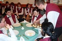 V Hotelové škole Bohemia v Chrudimi proběhla interní soutěž všech studentů druhých ročníků v obsluze a následném sklízení stolů.