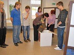 Otevření urny a sčítání hlasů při volbách do zastupitelstva v Nasavrkách.