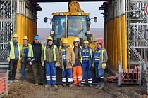 Těleso mostu posloužilo i jako kulisa naší fotografie, na které je zachycena parta pracovníků, které bylo možné na stavbě zastihnout.