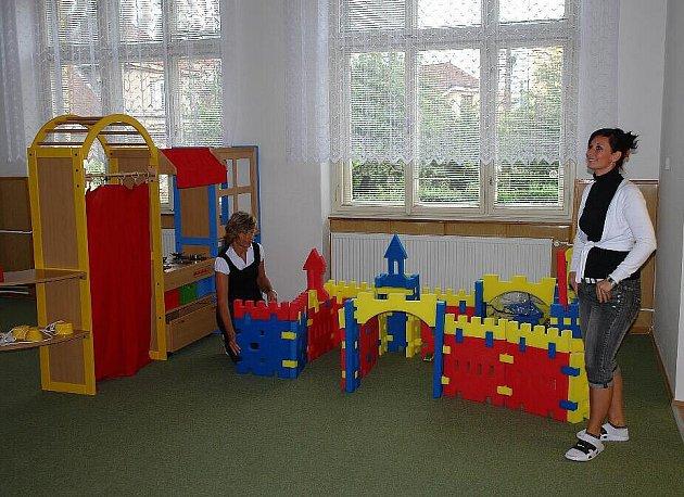 NOVÉ PROSTORY Mateřské školy Na Valech si prohlídl starosta i všichni místostarostové. Ředitelka školky Lenka Marková je provedla dvěma novými třídami. Děti zde budou mít velikostně ideální židle a stoly. Nechybí samozřejmě i různé hračky a stavebnice.