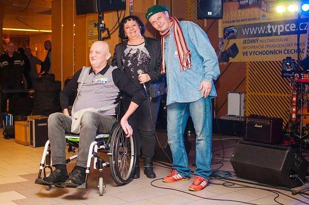 Tomáš Vagenknecht při letošním pardubickém Jam help festu, který uspořádal televizní reportér Bohumil Roub (vpravo) s přáteli. Večerem provázela moderátorka Majka Schillerová.