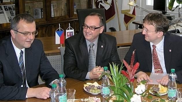 Ministr financí Miroslav Kalousek (vlevo) debatuje s představiteli kraje.