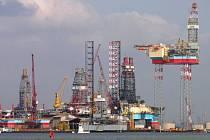 Pohled na soustavu ropných plošin v Singapuru.
