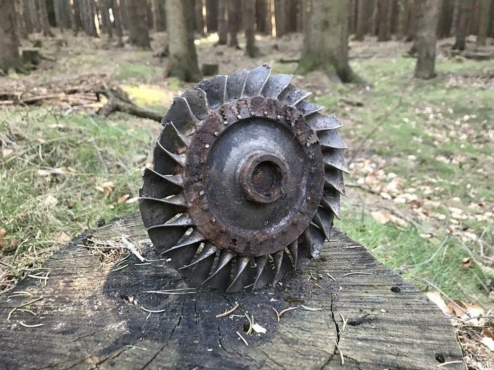 Dodnes, po padesáti letech, jsou v krajině stopy zřícení letadla. I nyní lze nalézt jeho součásti a tragédii připomíná skromný pomníček, který stojí nedaleko.