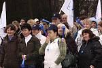 DEMONSTRACE KVŮLI MZDÁM. Zaměstnanci z firem ETA, Plastkov i z dalších hlineckých podniků se včera sešli na mítinku pod širým nebem, na kterém je odboráři seznámili s průběhem jednání mezi odbory a vedením podniků o nových kolektivních smlouvách.