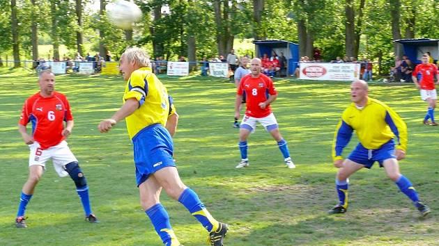 Prosetínská fotbalová show nabídla opět výbronou zábavu.  Stará garda Prosetína (ve žlutém) se utkala s týmem VIP osobností (červení).