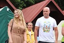 Mezi děti na barrandovském táboře u Proseče zavítali tvůrci pohádky Když draka bolí hlava. Vlevo producent snímku Petr Šiška, uprostřed představitelka princezny Adélky Zuzana Žáková.