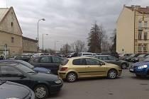 Architekt Vlasta Koupal tvrdí, že Chrudim má příliš mnoho parkovacích ploch.