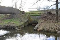 Vyústění kanalizace v oblasti mostu pod nemocnicí.
