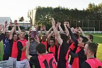 FOTBALISTÉ SLATIŇAN se v červnu takto radovali ze zisku krajského Českého poháru.