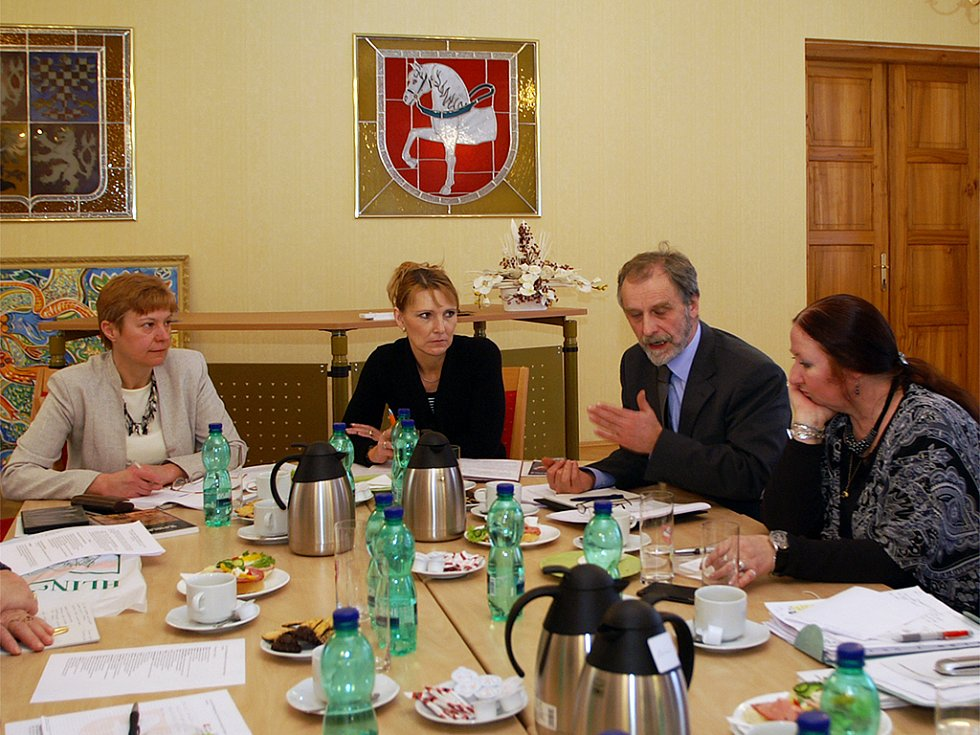 Během jednání o zařazení masopustních obchůzek do seznamu UNESCO se sešli vedoucí SLS Vysočina Ilona Vojancová, starostka Hlinska Magda Křivanová a Michal Beneš z Ministerstva kultury.
