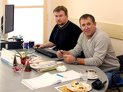 Poslanec Ladislav Libý (vpravo) při svém prvním online rozhovoru v redakci Chrudimského deníku.