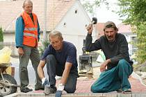 Dlaždiči Vašek a Ivan si dostatek práce pochvalovali a hýřili optimizmem a dobrou náladou