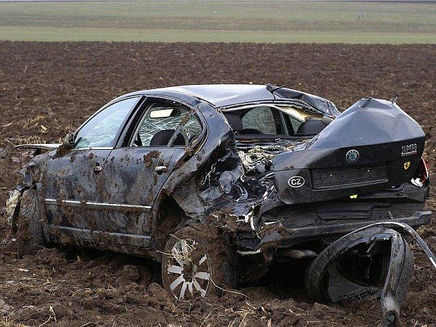Řidič vozidla zřejmě nepřizpůsobil rychlost jízdy stavu a povaze vozovky.V pravotočivé zatáčce vjel do levého pruhu, poté auto přerazilo vzrostlý strom a skonšilo na střeše na poli.