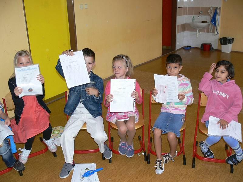 Předávání vysvědčení v ZŠ Školní náměstí.