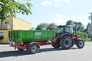 Traktor s kontejnerem v nasavrckých ulicích.
