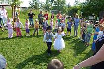 Na školní zahradě MŠ Stolany slavnostní rozloučení s předškoláky. Při této příležitosti se uskutečnila i dětská svatba Míši a Filípka.