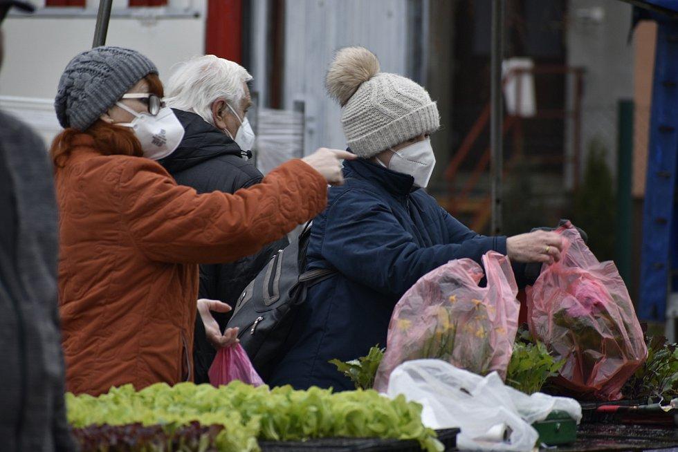 Tržnice v Rosicích u Chrasti se po dlouhé době otevřela. Trhovce i návštěvníky však odradilo špatné počasí.