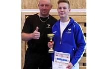 Karatista Jakub Mucha (vpravo) se zvěčnil se svým otcem s pohárem za první místo v Kesl Cupu 2015.