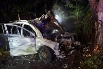 Po nárazu auto vzplálo, žena utrpěla zranění