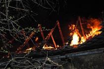 Osm hasičských jednotek bojovalo ve čtvrtek 7. dubna 2011 před třetí hodinou ranní s požárem stodoly v Sobětuchách.